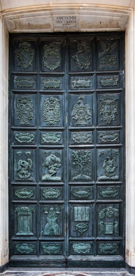 La porta di bronzo del duomo di Acireale, Sicilia immagine stock libera da diritti