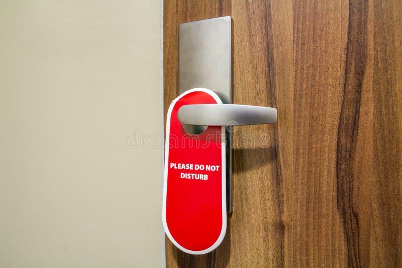 La porta di camera di albergo con il segno non disturba prego fotografia stock libera da diritti
