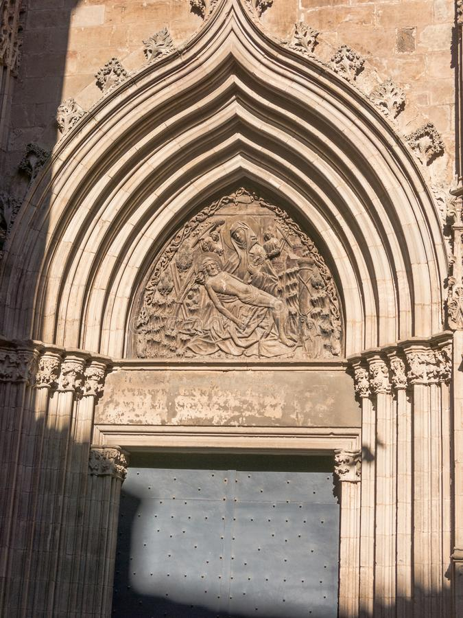 La porta di devozione Cattedrale dell'incrocio e del san santi Eulalia a Barcellona, Spagna fotografia stock