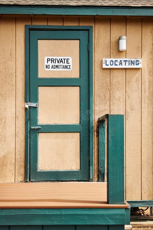 La porta di legno chiusa con canta immagine stock
