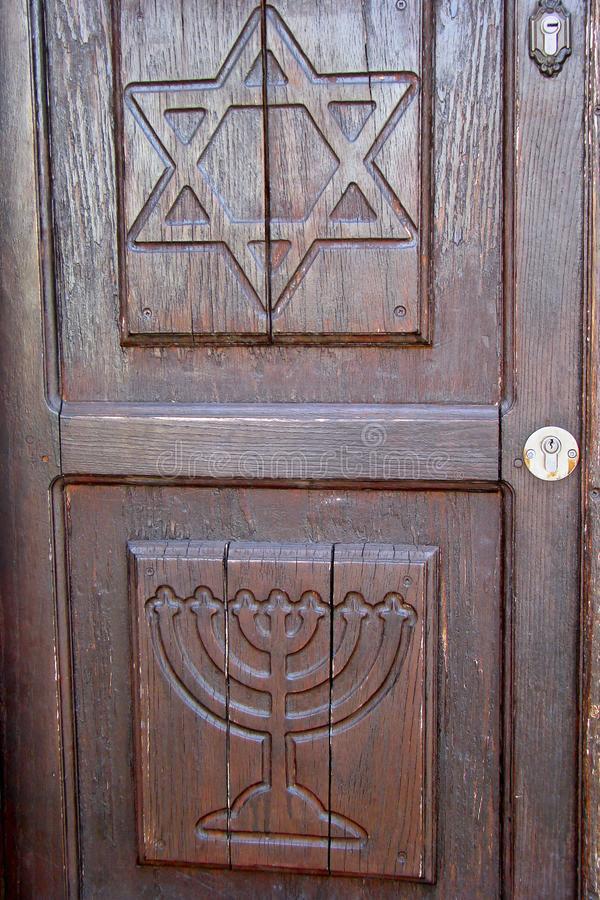 La porta di legno mostra i simboli ebrei fotografia stock libera da diritti