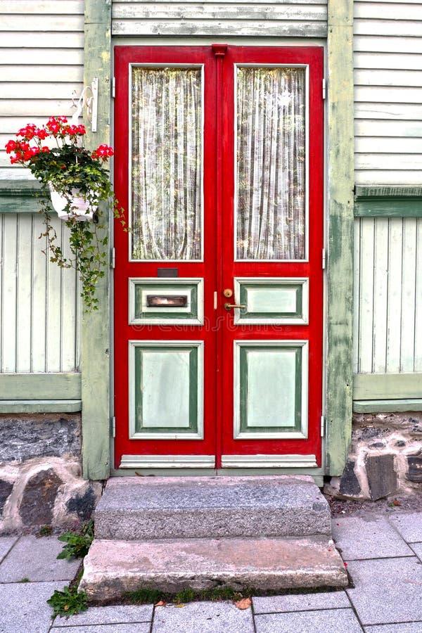 La porta di legno di vecchia casa immagini stock