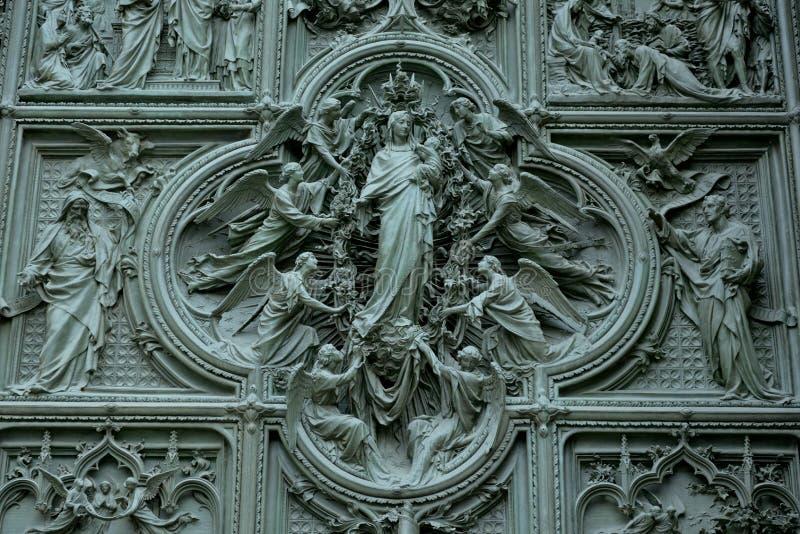 La porta di Milan Cathedral immagine stock libera da diritti