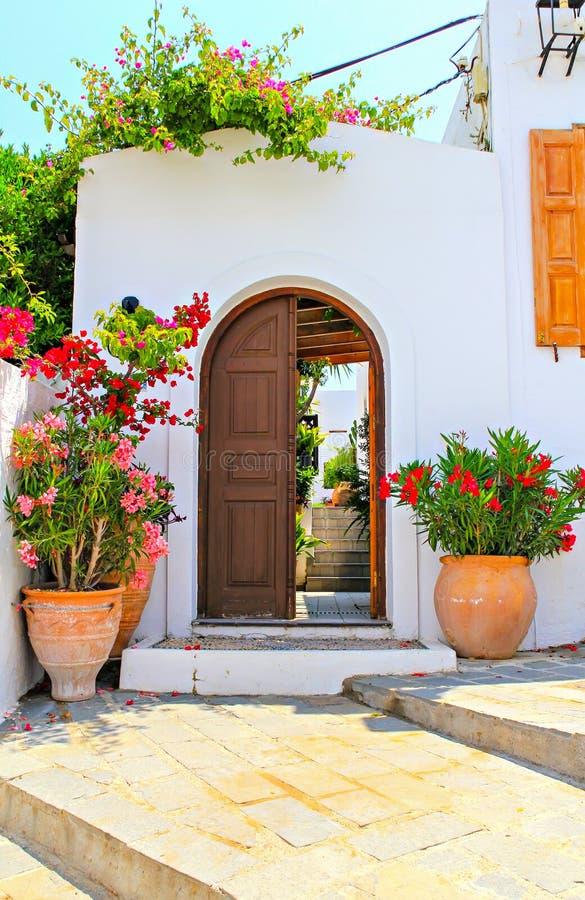 La porta e la casa di Lindos, Rodi, Grecia immagini stock