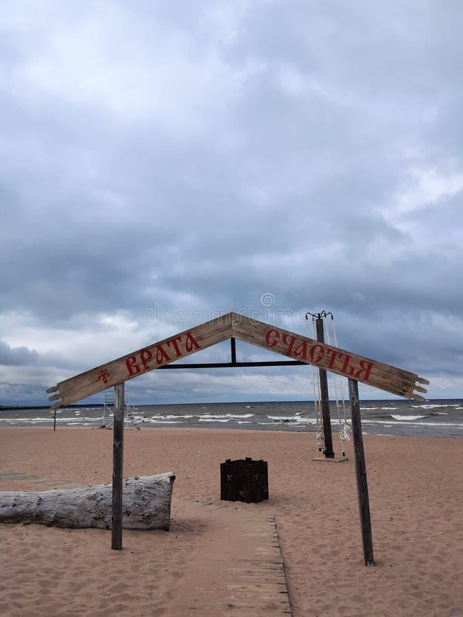 La porta a felicità alla spiaggia del paese immagini stock