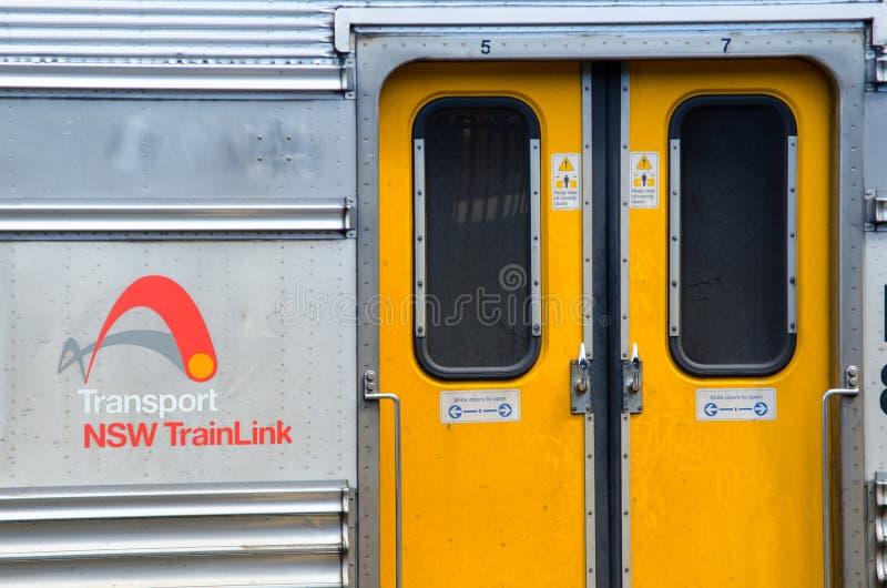 La porta gialla del treno con il logo di Trainlink del nsw di trasporto nella fine su, alla stazione ferroviaria centrale fotografia stock libera da diritti