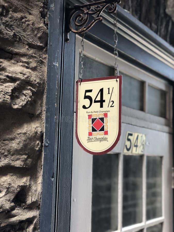 La porta ha messo al sicuro contro una scala, in mezzo a due livelli nelle vie di vecchio Québec, il Canada fotografie stock