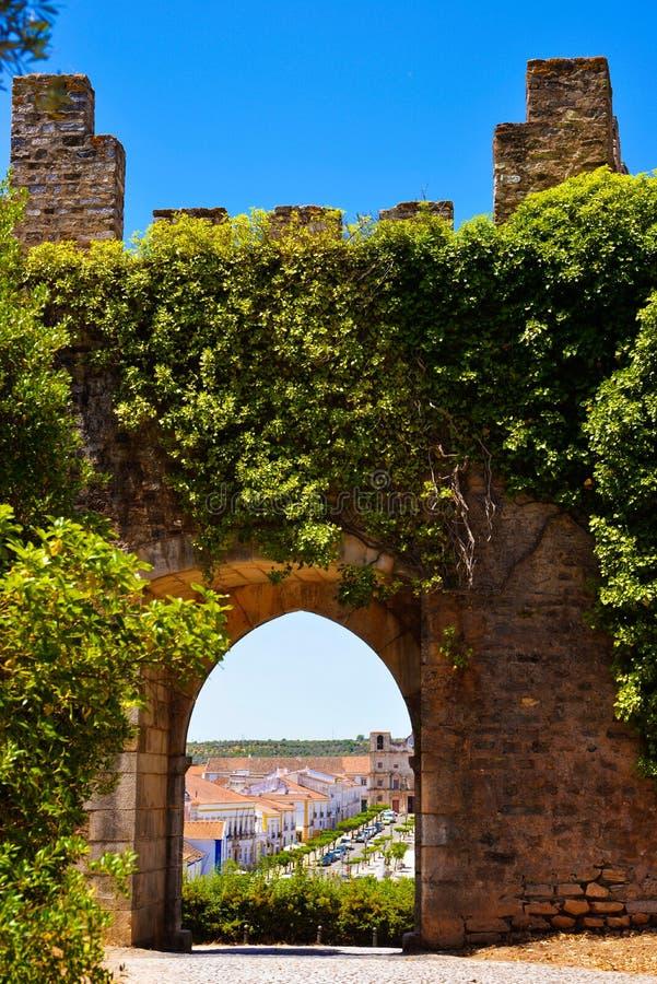 La porta incurvata medievale, fortifica le pareti interne, il viaggio Portogallo immagini stock