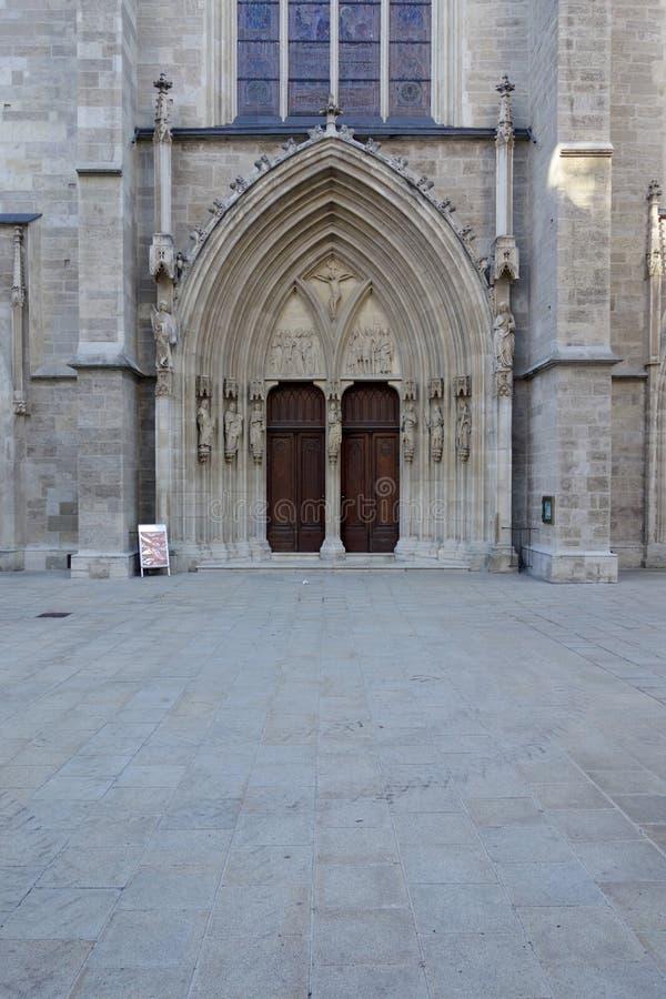 La porta principale della chiesa ha chiamato Minoritenkirche a Vienna fotografia stock libera da diritti