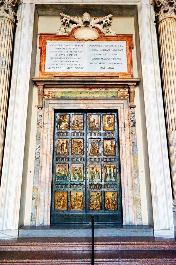 La porta santa è l'entrata nordica alla basilica di St Peter fotografie stock