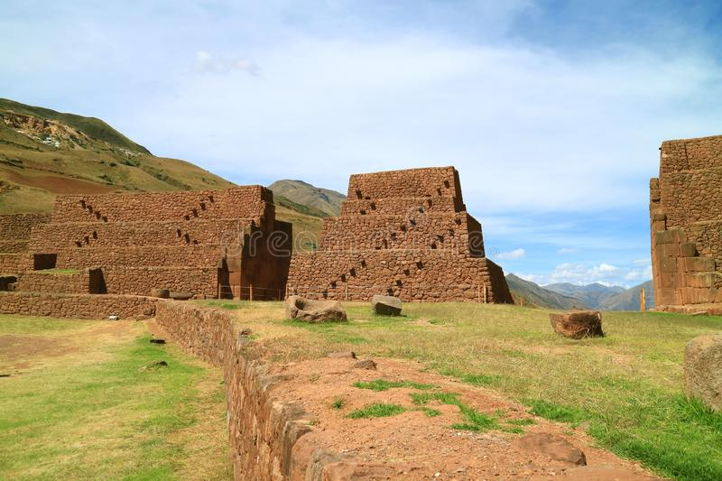 La Portada在湖Huacarpay附近的de Rumicolca、古老门和渡槽在库斯科地区,Quispicanchi省,秘鲁 免版税图库摄影