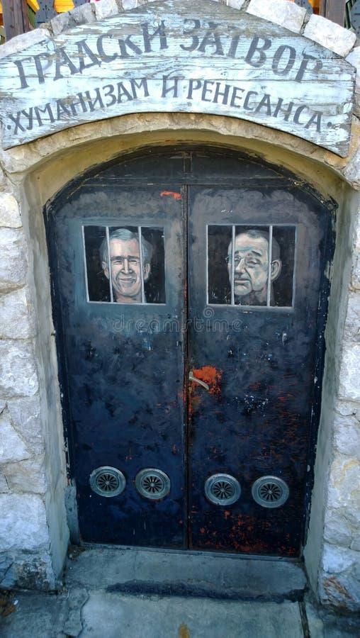 La porte à l'office du restaurant a stylisé comme cellule de prison avec des images des politiciens dans la ville d'Emir Kusturic photos libres de droits