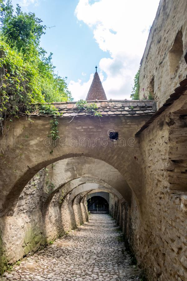 La porte avec des arcades au site de patrimoine mondial de l'UNESCO de Saxon de Biertan a enrichi l'église Le comt? de Sibiu, la  images libres de droits