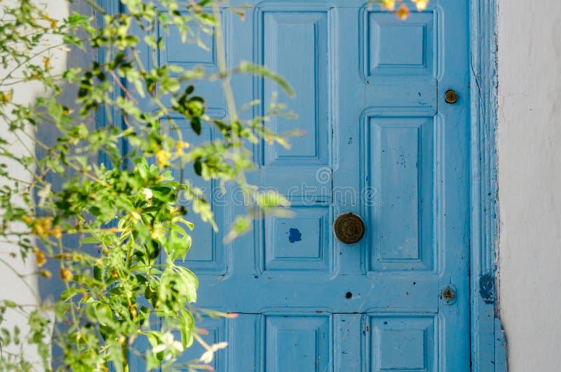 La porte bleue antique chefchaouen dedans photos stock
