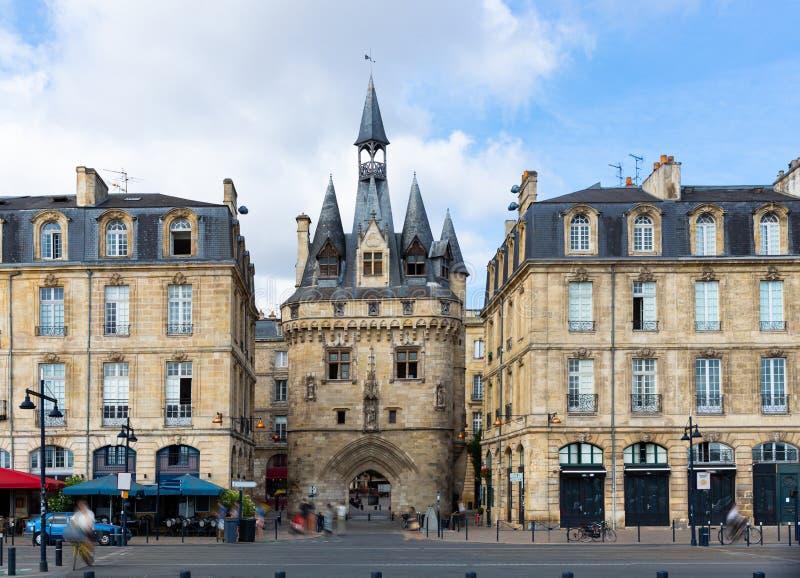 La Porte Cailhau se encuentra en la puerta medieval de la ciudad, en el corazón de Burdeos.. Francia imagenes de archivo