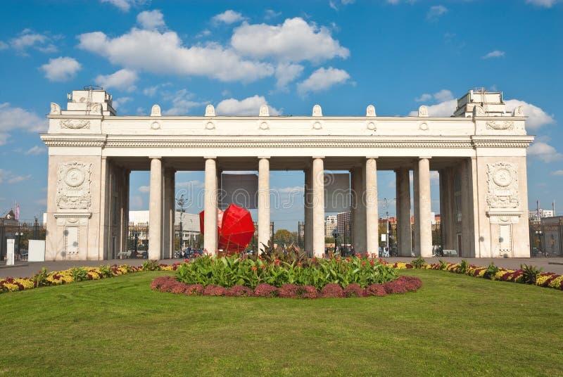 La porte centrale au stationnement de Gorki, Moscou photos libres de droits