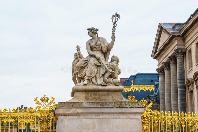 La porte d'or du palais de Versailles en France photos libres de droits
