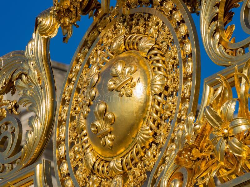 La porte d'or d'entrée du palais célèbre de Versailles photos stock