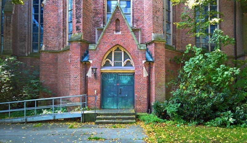 La porte d'une église catholique photo stock