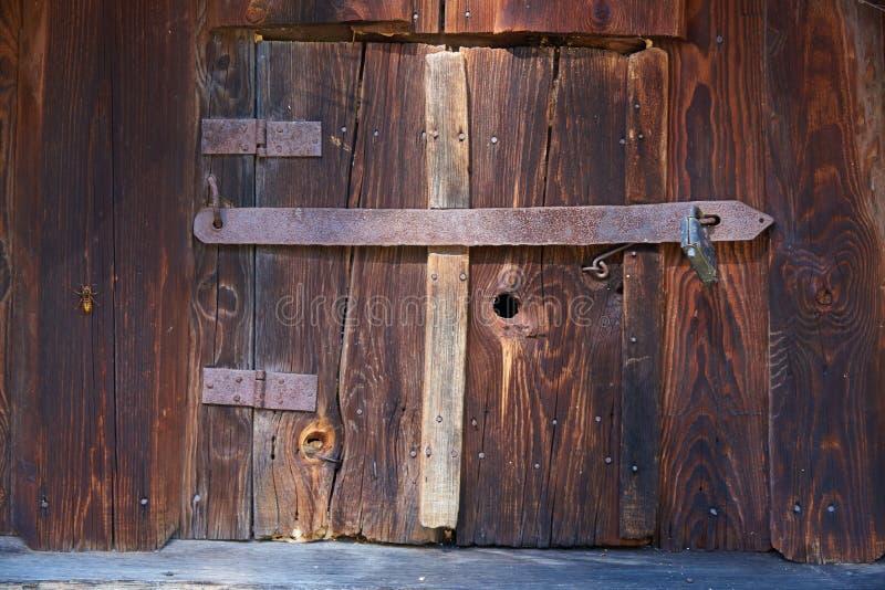 La porte dans les annexes en bois dans la deuxième moitié du Ni photos stock