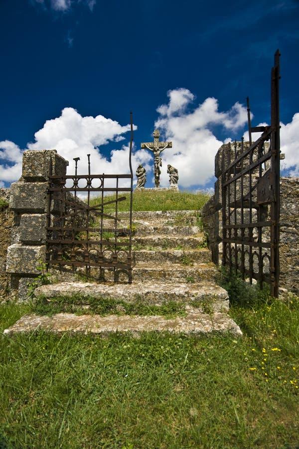 La porte de fer de l'entrée du calvaire dans Zminj photo stock