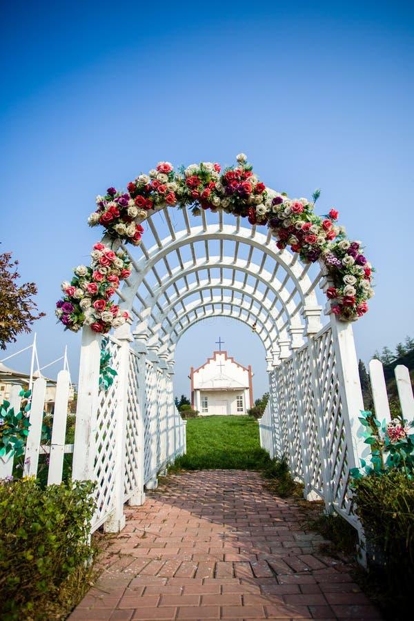 La porte de fleur d'église photographie stock libre de droits