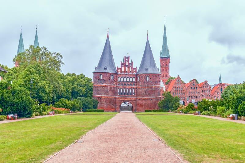 La porte de Holsten au vieux centre de la ville Hanseatic de Luebeck l'allemagne photo stock