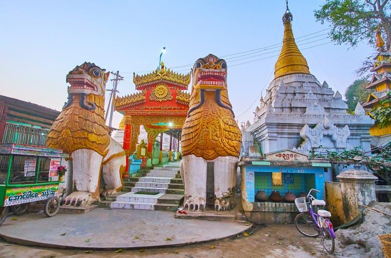 La porte de la pagoda de Kya de kyat de Shwe, Mandalay, Myanmar photographie stock libre de droits
