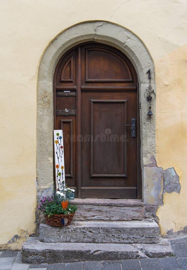 La porte de voûte sur le mur jaune pâle en Europe photos libres de droits