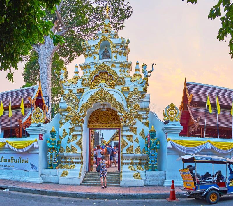 La porte de Wat Chedi Luang sur le coucher du soleil, Chiang Mai, Thaïlande photographie stock