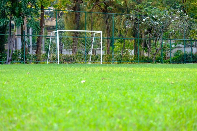 La porte du football et les petites pelouses vertes à la répétition jouent image stock