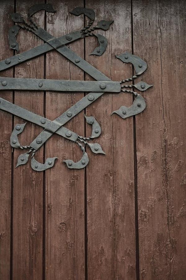 La porte en bois antique avec du fer a forgé la charnière  Vieille trappe en bois photo libre de droits