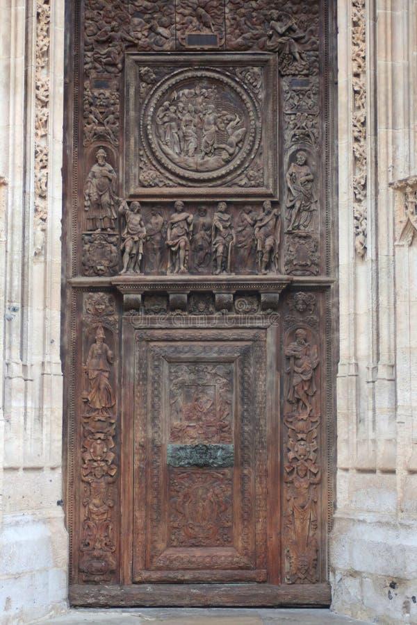 La porte en bois avec la Renaissance découpant dépeignant le bon berger photo stock