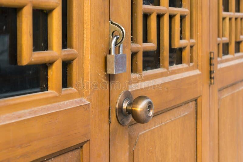 La porte en bois chinoise a fermé à clef avec des cadenas et des boulons photo stock