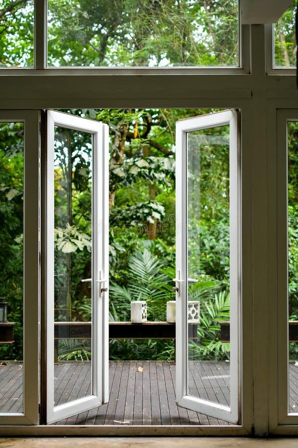 La porte en verre ouverte photographie stock