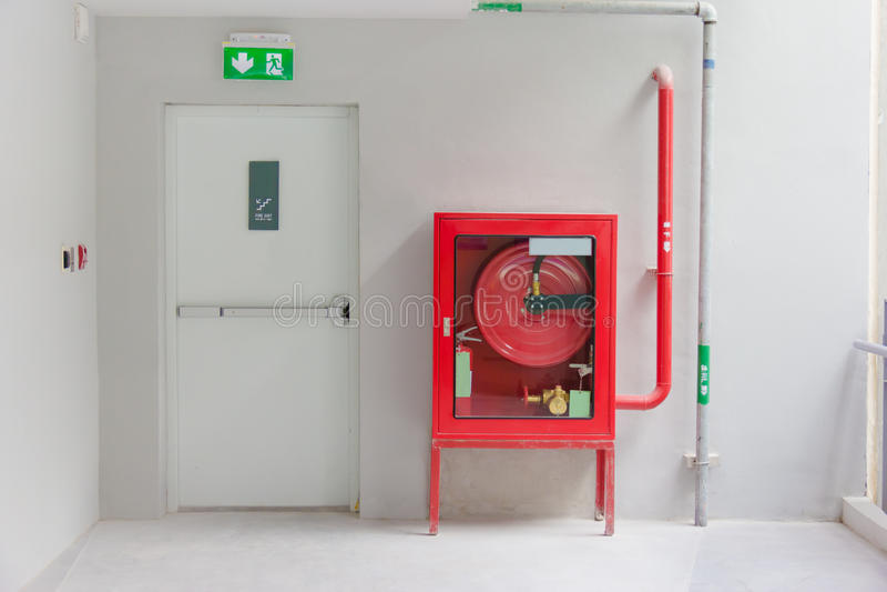 La porte et le feu de sortie de secours s'éteignent l'équipement image libre de droits