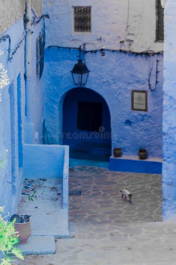 La porte et le mur bleus antiques chefchaouen dedans, le Maroc photos stock