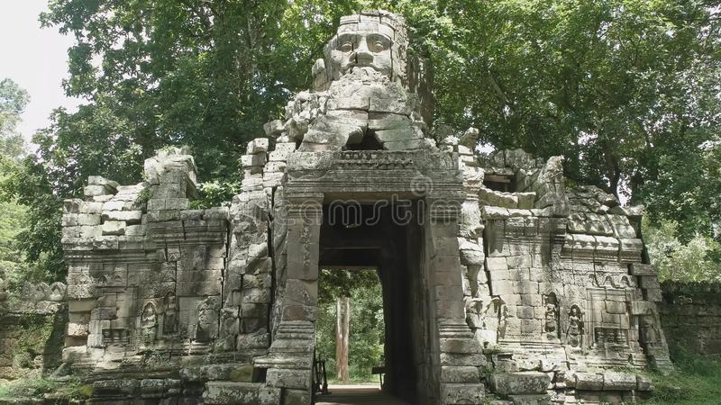 La porte et la tour occidentales au temple banteay de kdei, ankor photos stock