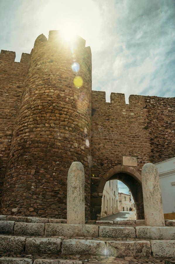 La porte gothique a appelé le passage de Sun sur le soleil chez Estremoz images stock