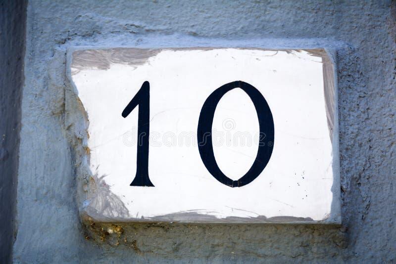 La porte le numéro dix se connectent le mur de plâtre photos libres de droits