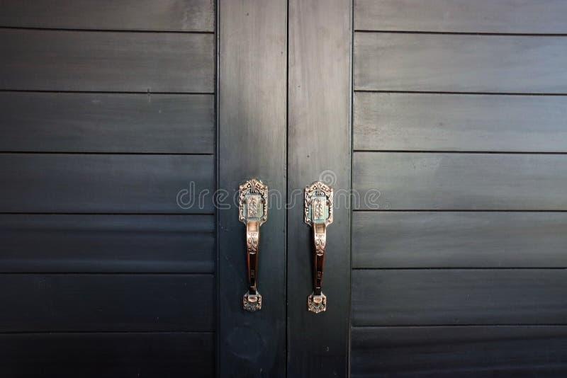 La porte noire dans la maison photographie stock libre de droits