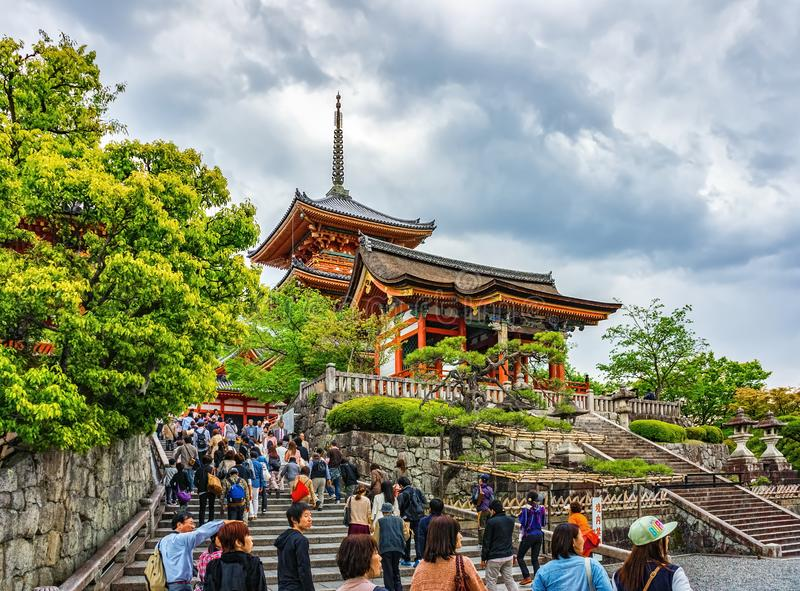 La porte occidentale Seimon et pagoda Trois-racontée au temple de Kiyomizu-dera photo stock