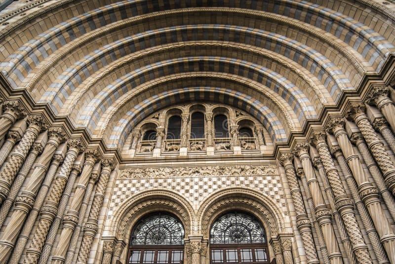 La porte principale du musée Londres d'histoire naturelle a répandu la lumière du jour nuageux images libres de droits