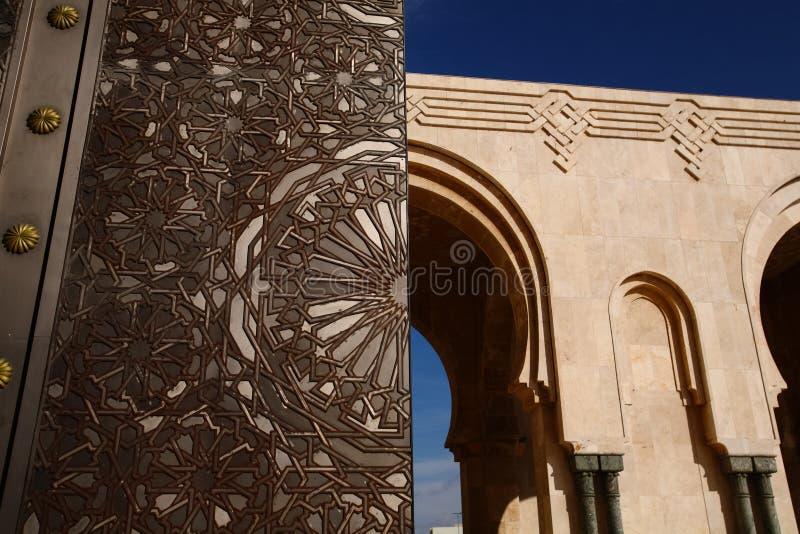 La porte titanique de grande porte du Roi Hussan II, arcades de mosquée, Bl image stock