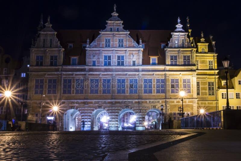 La porte verte à Danzig la nuit, Pologne, est l'une des attractions touristiques les plus notables de la ville photo libre de droits