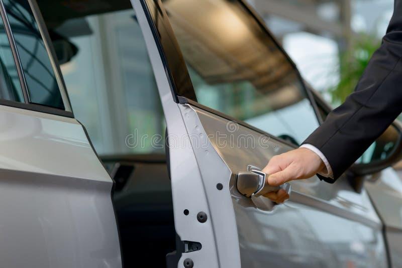 La portière de voiture est sur le point d'être ouverte photographie stock