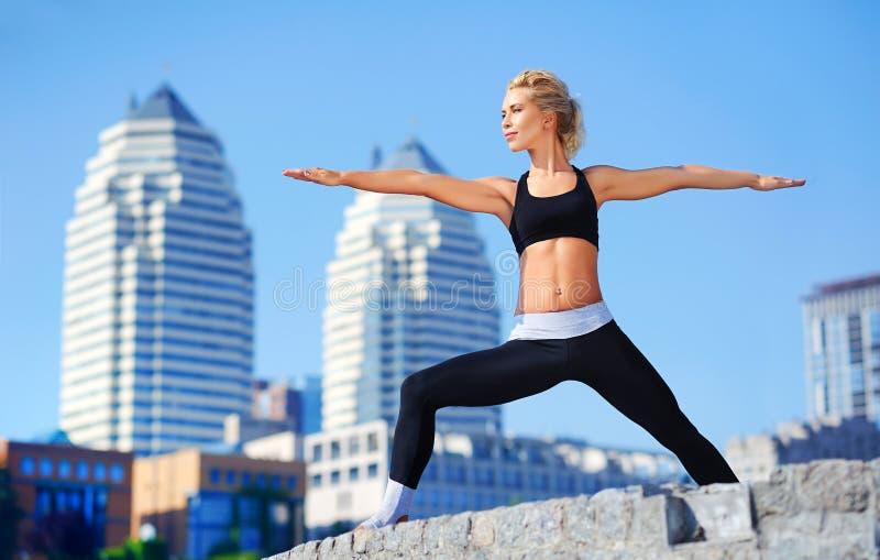 la pose de yoga de guerrier a pratiqué par un professeur de yoga photo libre de droits