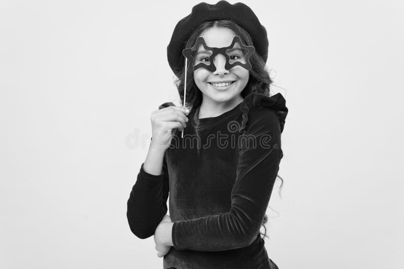 La pose gaie de fille d'enfant avec des lunettes font la f?te l'attribut Lets ont l'amusement Concept d'accessoires de partie Ell photographie stock