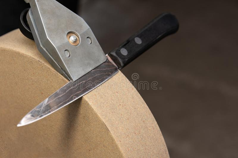 La posición correcta del tenedor y del cuchillo sí mismo del cuchillo respecto a la muela fotografía de archivo libre de regalías