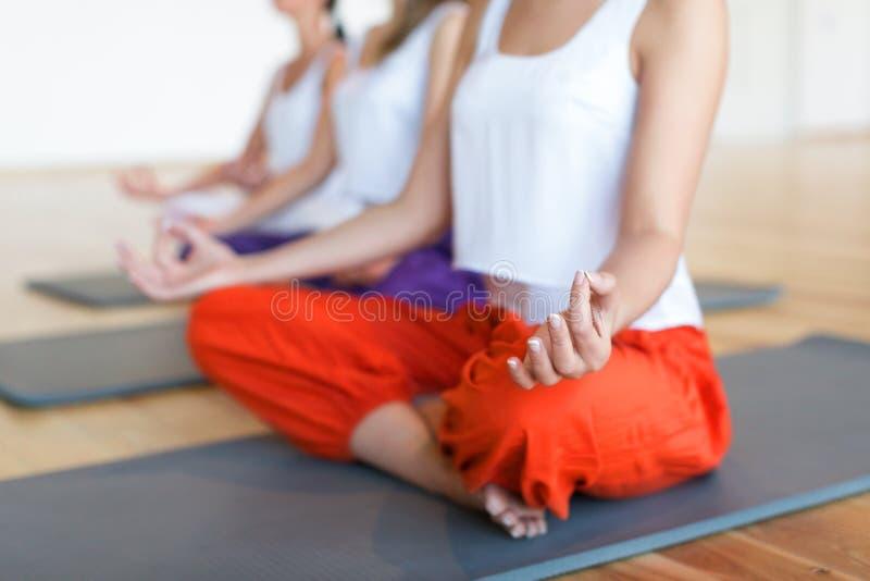 La posición de la yoga? apenas se relaja imagen de archivo libre de regalías